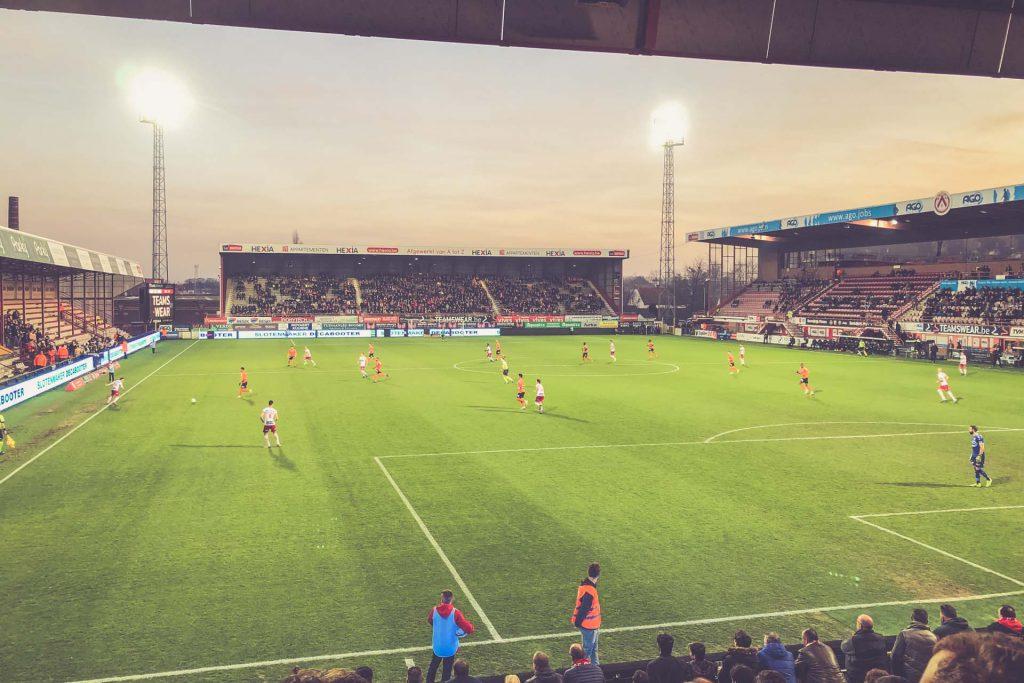 Flutlichtspiel im Guldensporenstadion - KV Kortrijk, Belgien